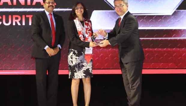 Sourcing Shogun: Kalpana Maniar, EVP-IT, Edelweiss Financial Services receives the CIO100 Special Award for 2017 from Kazutada Kobayashi, CEO and President, Canon India