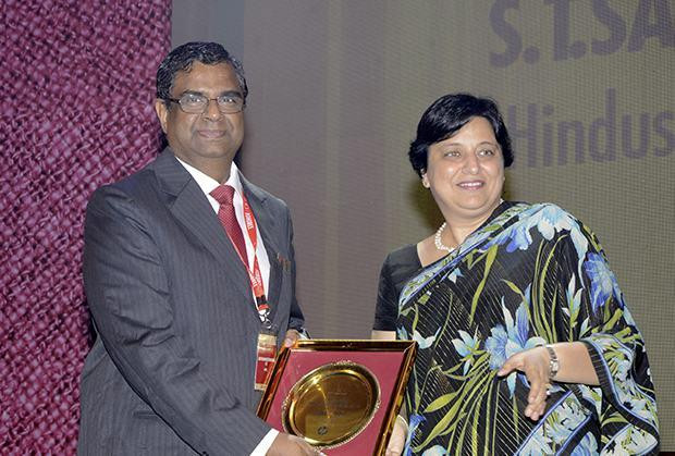 Hall of Fame: S T Sathiavageeswaran, Executive director - IS of Hindustan Petroleum receives the CIO100 Special Award for 2013 from Neelam Dhawan, MD, HP India