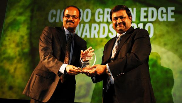 Green Edge: Sudhir Kumar Reddy, VP & CIO, Mindtree receives the CIO100 Special Award for 2010 from Shrinivas Chebbi, CGM and VP, India and SAARC, APC, Schneider Electric.