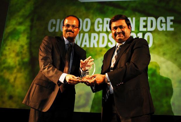 Green Edge: Sudhir Kumar Reddy, VP & CIO, Mindtree receives the CIO100 Special Award for 2010 from Shrinivas Chebbi, CGM and VP, India and SAARC, APC, Schneider Electric.