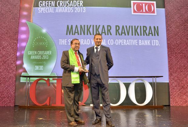 Green Crusader: Ravikiran S Mankikar, Chief GM-IT of The Shamrao Vithal Co-operative Bank receives the CIO100 Special Award for 2013 from Kumaran Ramanathan, MD, IDG Global Services
