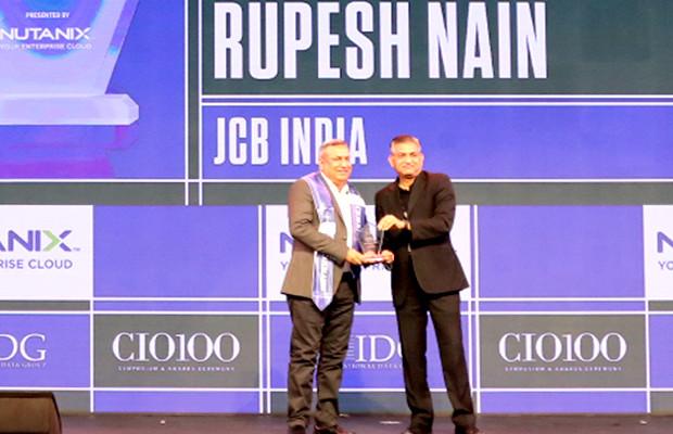 HCI Trailblazer: Rupesh Nain, Head-IT, JCB India receives the CIO100 Special Award for 2019 from Anantharaman Balakrishnan, President & CEO, Nutanix India