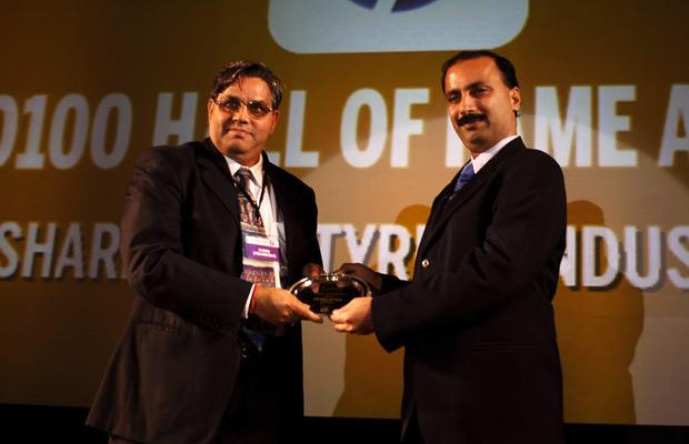 Hall of Fame: S S Sharma, Head IT, JK Tyres and Industries receives the CIO100 Special Award for 2010 from Prakash Krishnamoorthy, Country Manager, StorageWorks Division, Hewlett-Packard India.