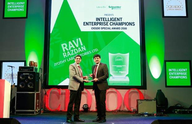 Intelligent Enterprise Champion: Ravi Razdan, Head Systems, Jyothy Laboratories receives the CIO100 Special Award for 2016 from Nikhil Pathak, VP and Country GM-IT Business, India and SAARC, Schneider