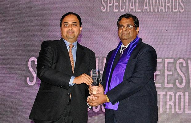 Innovation Architect: S T Sathiavageeswaran, Executive director - IS of Hindustan Petroleum receives the CIO100 Special Award for 2012 from Anand Sankaran, Senior VP and Business Head, Wipro