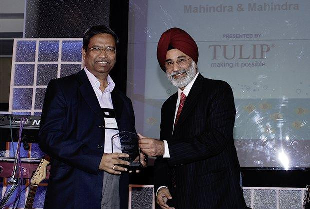 Infrastructure: Arvind Tawde, Head-IT, Mahindra & Mahindra receives the CIO100 Special Award for 2009 from H.S. Bedi, Chairman and MD, Tulip Telecom