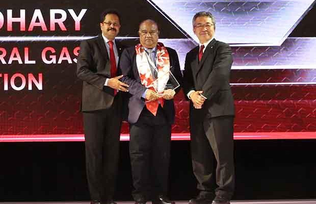 Sourcing Shogun: Mahendra Kumar Chaudhary, Executive Director and CIO of ONGC receives the CIO100 Special Award for 2017 from Kazutada Kobayashi, CEO and President, Canon India
