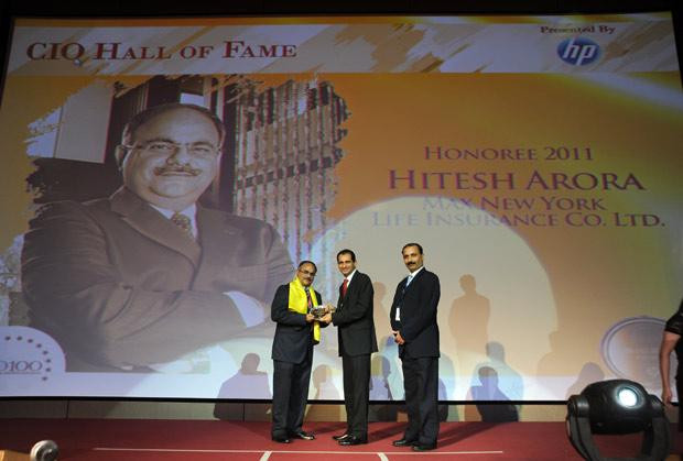 Hall of Fame: Hitesh Arora, Director and Head-IT at Max New York Life Insurance receives the CIO100 Special Award for 2011 from Prakash Krishnamoorthy, Country Manager, HP StorageWorks India