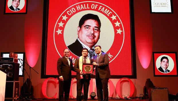 Hall of Fame: Kamal Karnatak, Senior VP and Group CIO of R J Corporation receives the CIO100 Special Award for 2016 from Arvind Gupta, CEO at MyGov