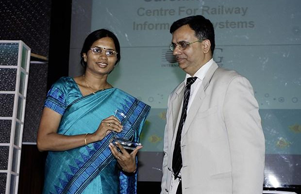 Green Edge: Surekha Sahu, Chief Manager-Elect, Center for Railway Information Systems (CRIS) receives the CIO100 Special Award for 2009 from Sudhir Sethi, Chairman & MD, IDG Ventures India