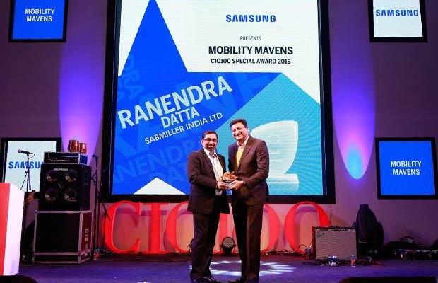 Mobility Maven: Ranendra Datta, Vice President and CIO, SABMiller India receives the CIO100 Special Award for 2016 from Sukesh Jain, VP, Samsung.