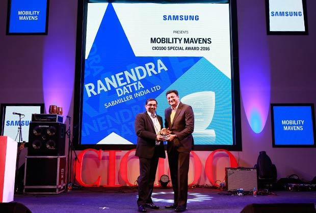Mobility Maven: Ranendra Datta, Vice President and CIO, SABMiller India receives the CIO100 Special Award for 2016 from Sukesh Jain, VP, Samsung.