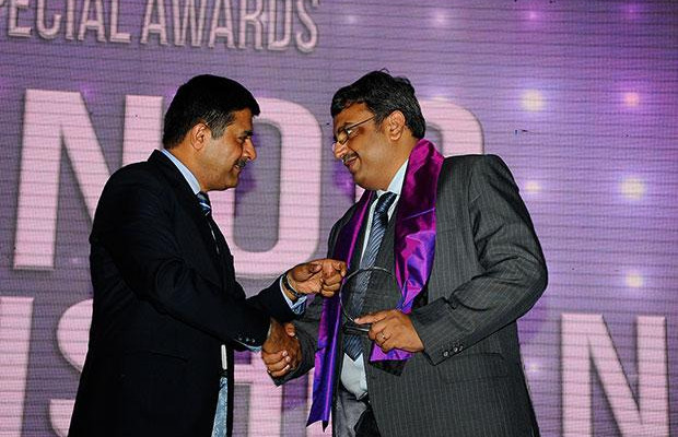 Information Mastermind: Vinod Sivarama Krishnan, Senior Vice President & CIO of Walmart India receives the CIO100 Special Award for 2012 from Rajesh Janey, President-India and SAARC, EMC