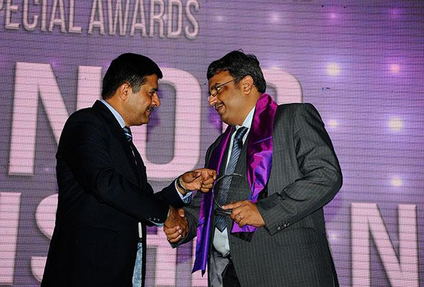 Information Mastermind: Vinod Sivarama Krishnan, Senior Vice President & CIO of Walmart India receives the CIO100 Special Award for 2012 from Rajesh Janey, President-India and SAARC, EMC