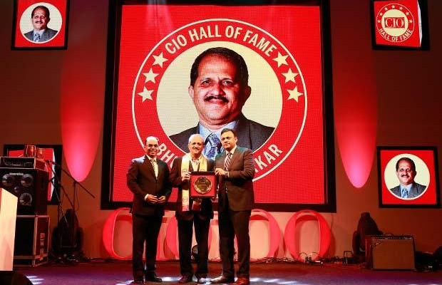 Hall of Fame: Bhushan Akerkar, CIO of Hindalco Industries receives the CIO100 Special Award for 2016 from Arvind Gupta, CEO at MyGov