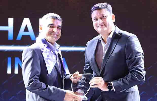 Mobility Maven: Amit Madhan, Group Head- IT & eBusiness, at Thomas Cook India receives the CIO100 Special Award for 2017 from Sukesh Jain, VP, Samsung