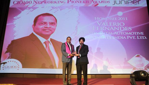 Networking Pioneer: Valerio Fernandes, GM-IT, Continental Automotive Components receives the CIO100 Special Award for 2011 from Ravi Chauhan, MD, India and SAARC, Juniper Networks.