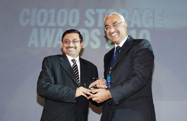 Storage: V S Parthasarathy, CIO of Mahindra & Mahindra receives the CIO100 Special Award for 2010 from Manoj Chugh, President, India and SAARC, Director Global Accounts-APJ, EMC
