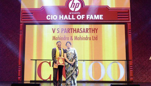 Hall of Fame: V S Parthasarathy, CIO of Mahindra & Mahindra receives the CIO100 Special Award for 2013 from Neelam Dhawan, MD, HP India