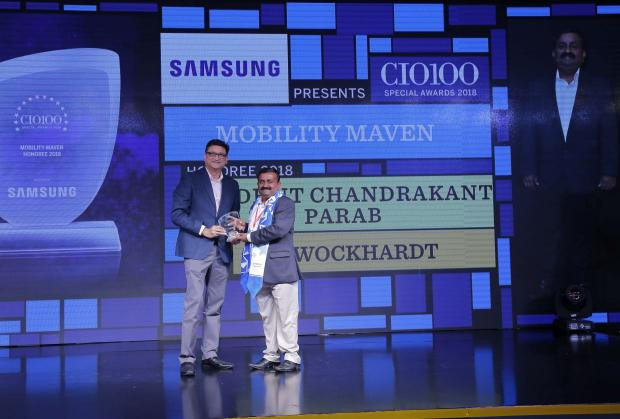 Mobility Maven: Avadhut Chandrakant Parab, CIO, Wockhardt, receives the CIO100 special award for 2018 from Sukesh Jain, Senior Vice President, Samsung Electronics