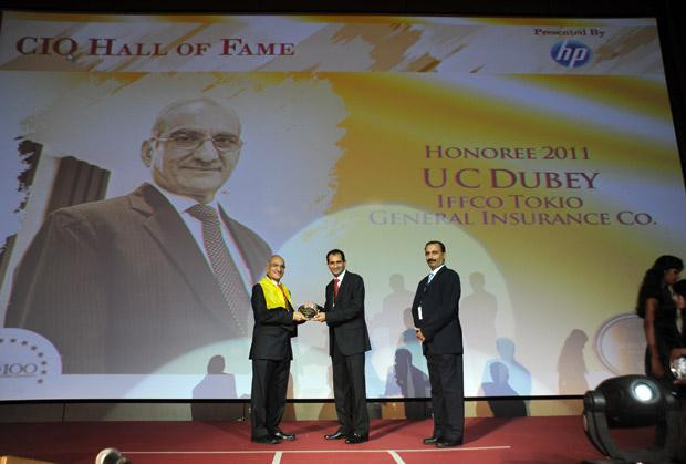Hall of Fame: U C Dubey, Executive Director-IT at Iffco Tokio General Insurance Company (IFFCO) receives the CIO100 Special Award for 2011 from Prakash Krishnamoorthy, Country Manager, HP StorageWorks India