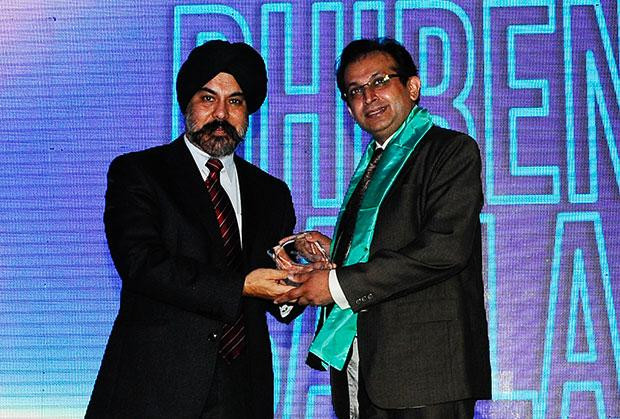 Networking Pioneer: Dhiren Savla, CIO of VFS Global receives the CIO100 Special Award for 2012 from Ravi Chauhan, MD, India and SAARC, Juniper Networks