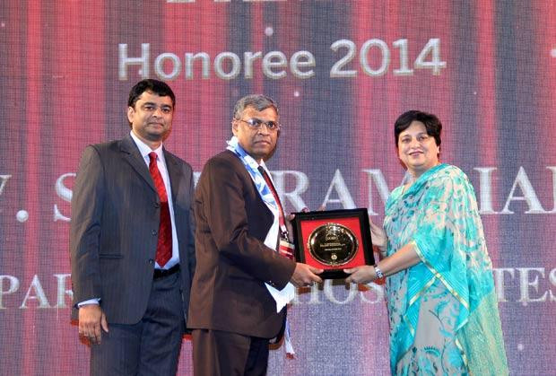 Hall of Fame: V Seetharamiah, CIO of Paradeep Phosphates receives the CIO100 Special Award for 2014 from Neelam Dhawan, MD, HP India