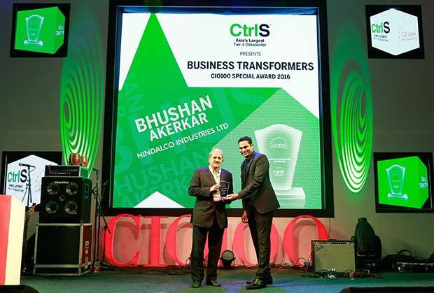 Business Transformer: Bhushan Akerkar, CIO of Hindalco Industries receives the CIO100 Special Award for 2016 from Sridhar Pinnapureddy, Chairman and MD, CtrlS