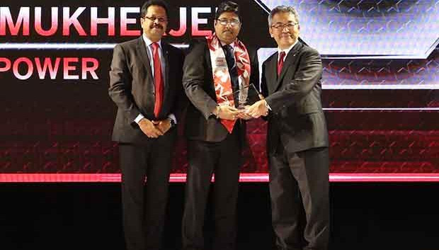 Sourcing Shogun: Prasenjit Mukherjee, Asst. Vice President, BSES Power (Reliance ADAG) receives the CIO100 Special Award for 2017 from Kazutada Kobayashi, CEO and President, Canon India