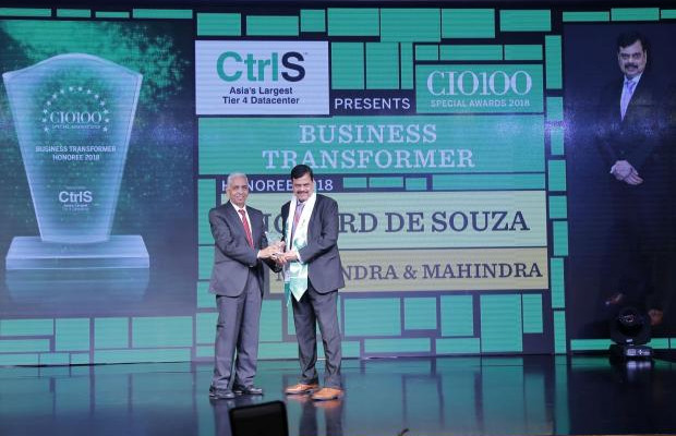 Business Transformer: Richard de Souza, CEO of Mahindra Integrated Business Solutions (MIBS)- Mahindra & Mahindra, receives the CIO100 special award for 2018 from R S Prasad Rao, Director- CtrlS