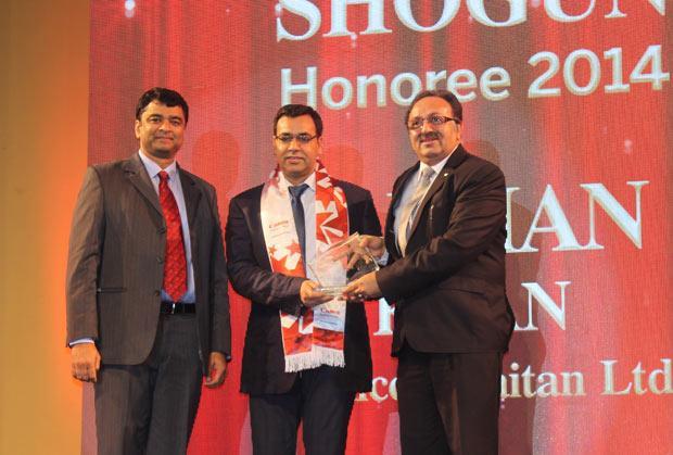 Sourcing Shogun: Farhan Khan, VP - IT of Radico Khaitan receives the CIO100 Special Award for 2014 from Alok Bharadwaj, Executive VP, Canon India