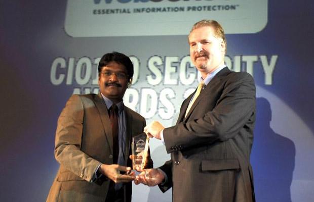Security: Visha Salvi, CISO- ISG of HDFC Bank receives the CIO100 Special Award for 2010 from John McCormack, President, Websense