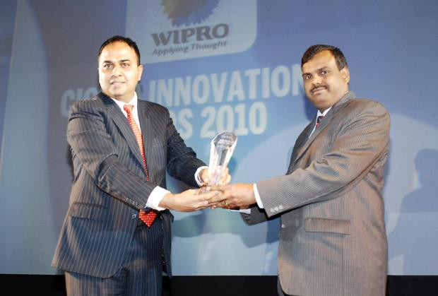 Innovation: Selvam K K, Group CIO of Siva Industries and Holdings receives the CIO100 Special Award for 2010 from Anand Sankaran, SVP and Business Head, India and Middle East, Wipro