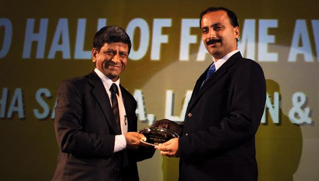 Hall of Fame: Anantha Sayana, VP-Head IT, Larsen Turbo receives CIO100 Award for 2010 from from Prakash Krishnamoorthy, Country Manager, StorageWorks Division, Hewlett-Packard India