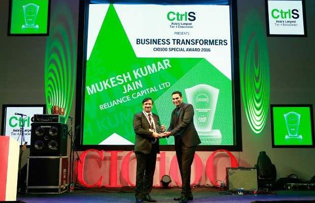 Business Transformer: Mukesh Kumar Jain, Group CIO of Reliance Capital receives the CIO100 Special Award for 2016 from Sridhar Pinnapureddy, Chairman and MD, CtrlS