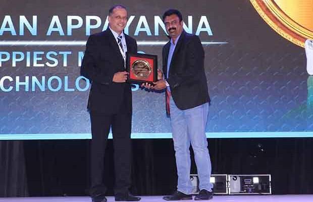 Hall of Fame: Darshan Appayanna, CIO at Happiest Minds Technologies receives the CIO100 Special Award for 2017 from Leo Joseph, Senior Director-Enterprise Sales and Solutions, Hewlett Packard