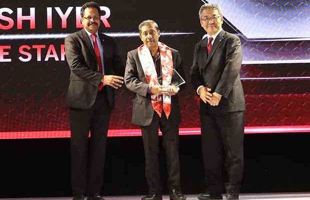 Sourcing Shogun: Suresh Iyer, CIO of Blue Star receives the CIO100 Special Award for 2017 from Kazutada Kobayashi, CEO and President, Canon India