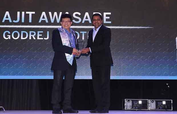 Networking Pioneer: Ajit Awasare, Head-IT Operations and Technology of Godrej Infotech receives the CIO100 Special Award for 2017 from Sajan Paul, CTO, Juniper Networks-India and SAARC