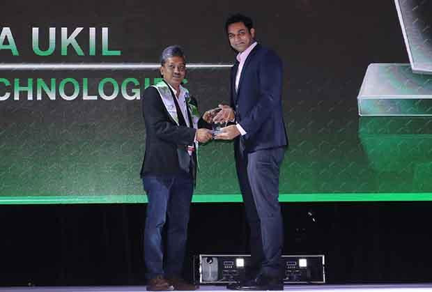 Business Transformer: Raja Ukil, CIO at Wipro receives the CIO100 Special Award for 2017 from Sridhar Pinnapureddy, Chairman and MD, CtrlS