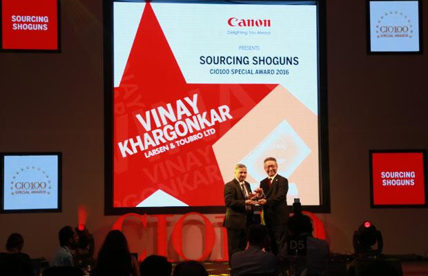 Sourcing Shogun: Vinay A Khargonkar, Group CIO, L&T Heavy Engineering receives the CIO100 Special Award for 2016 from Kazutada Kobayashi, CEO and President, Canon India