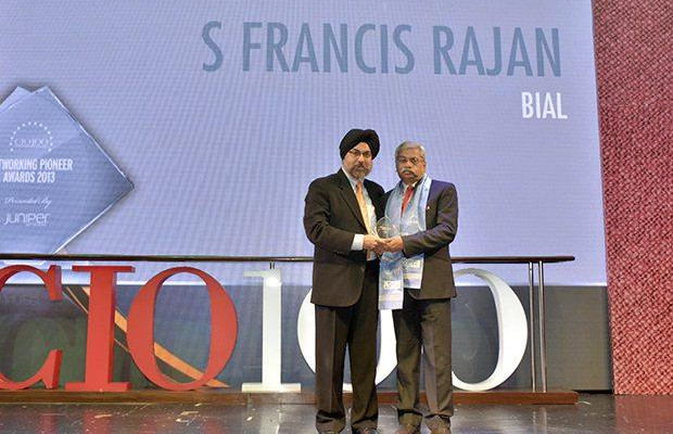 Networking Pioneer: S Francis Rajan, VP - ICT of Bangalore International Airport (BIAL) receives the CIO100 Special Award for 2013 from Ravi Chauhan, MD, India and SAARC, Juniper Networks.