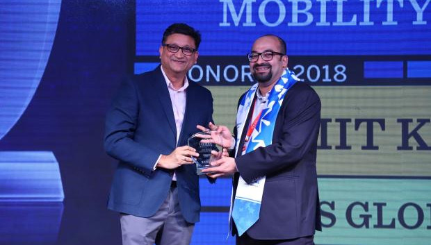 Mobility Maven: Amit Khanna, CIO at WNS Global Services receives the CIO100 special award for 2018 from Sukesh Jain, Senior Vice President, Samsung Electronics