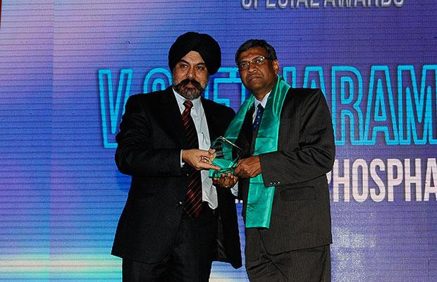 Networking Pioneer: V Seetharamiah, CIO of Paradeep Phosphates receives the CIO100 Special Award for 2012 from Ravi Chauhan, MD, India and SAARC, Juniper Networks