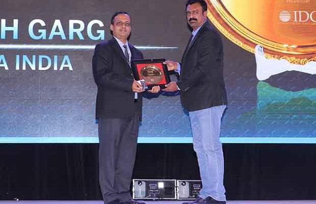 Hall of Fame: Rajesh Garg, Head IT-Transformation Solutions of Rolta India receives the CIO100 Special Award for 2017 from Leo Joseph, Senior Director-Enterprise Sales and Solutions, Hewlett Packard