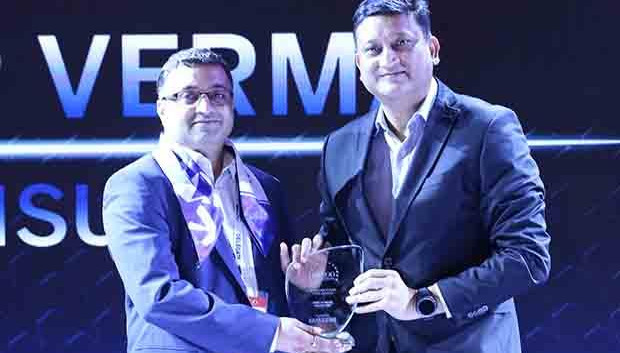 Mobility Maven: Jitender Verma, CIO of Inox Leisure receives the CIO100 Special Award for 2017 from Sukesh Jain, VP, Samsung