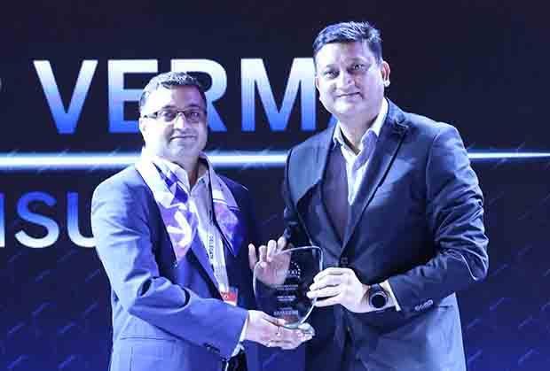 Mobility Maven: Jitender Verma, CIO of Inox Leisure receives the CIO100 Special Award for 2017 from Sukesh Jain, VP, Samsung