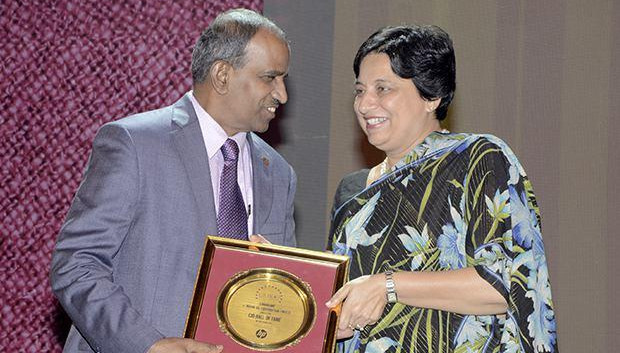 Hall of Fame: S Ramasamy, Executive Director-IS at Indian Oil Corporation (IOCL) receives the CIO100 Special Award for 2013 from Neelam Dhawan, MD, HP India