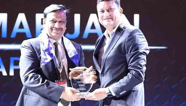 Mobility Maven: Mukesh Kumar Jain, Group CIO of Reliance Capital receives the CIO100 Special Award for 2017 from Sukesh Jain, VP, Samsung