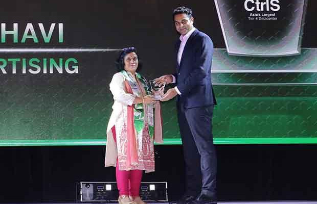 Business Transformer: Ritu Madbhavi, CIO of FCB Ulka Advertising receives the CIO100 Special Award for 2017 from Sridhar Pinnapureddy, Chairman and MD, CtrlS