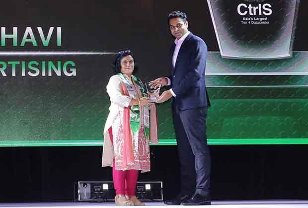 Business Transformer: Ritu Madbhavi, CIO of FCB Ulka Advertising receives the CIO100 Special Award for 2017 from Sridhar Pinnapureddy, Chairman and MD, CtrlS